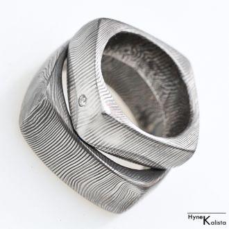 Kovaný prsten damasteel a diamant 1.8mm – Kulatý čtvereček (Kovaný prsten damasteel a diamant 1.8mm – Kulatý čtvereček)