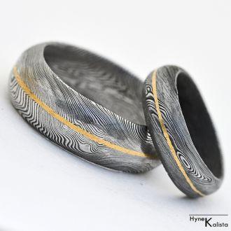 Snubní prsteny nerezová ocel damasteel a zlato - Golden Line (Snubní prsteny nerezová ocel damasteel a zlato - Tvar čočka)