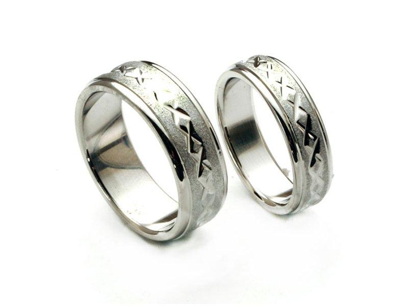 Ocelové snubní prsteny se vzorem uprostřed